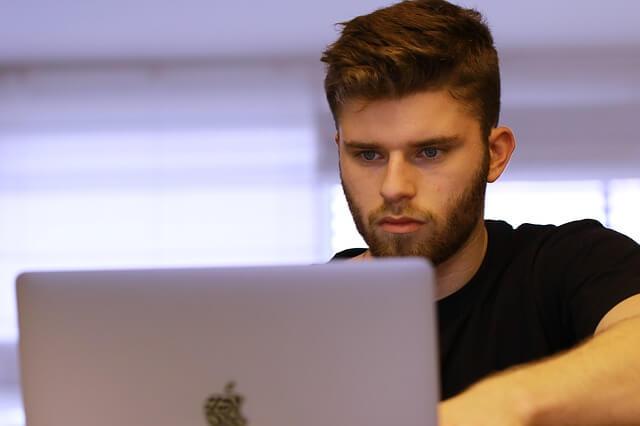 jeune homme regardant un film pornographique sur un ordinateur