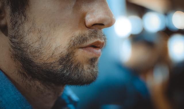 visage d'un homme qui respire calmement