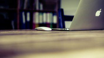 sexologue en ligne: Ordinateur sur un bureau
