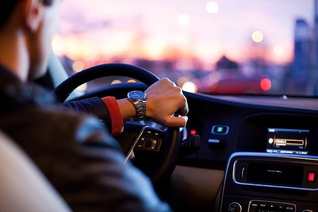 retarder l'éjaculation: homme qui conduit une voiture