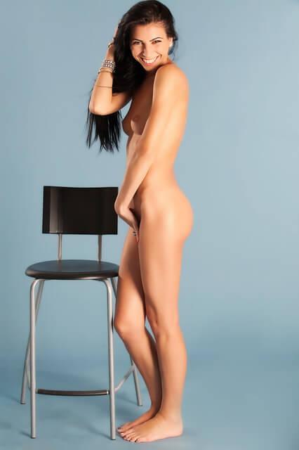 comment faire l'amour longtemps: belle fille nue et heureuse