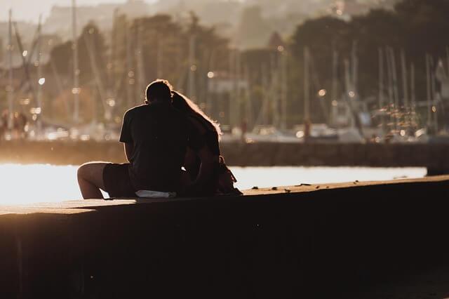 troubles de l'éréction causes: Couple au bord de la mer